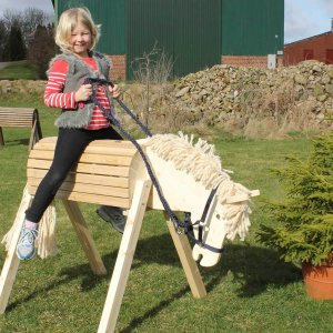 Gartenpferd Tamme aus Holz für Kinder