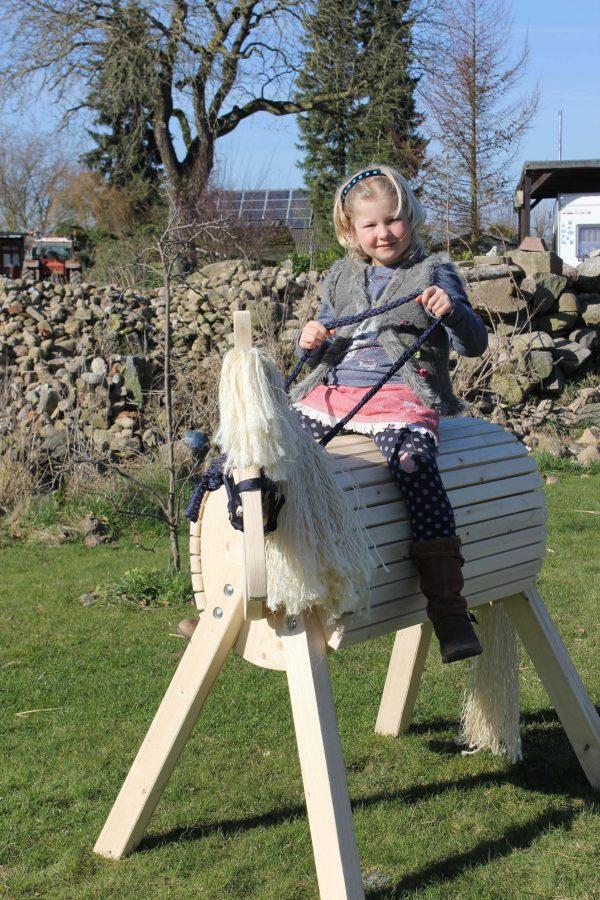 Gartenpferd Lotte aus Holz für Kinder