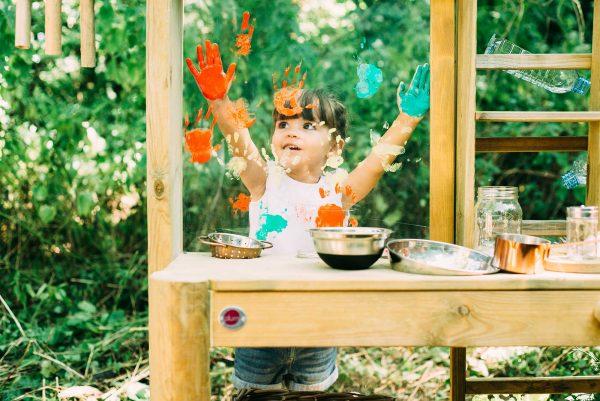 Kreatives spielen im Garten mit der Plum Discovery Küche