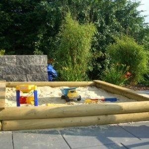 Sandkasten stabil aus Holz für den Garten