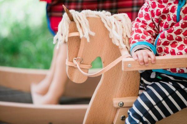 Schaukelpferd aus Holz für Kinder