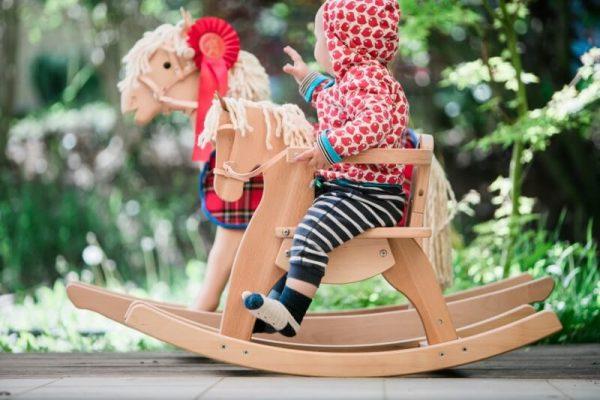 Schaukelpferd Emmy aus Holz für Kinder