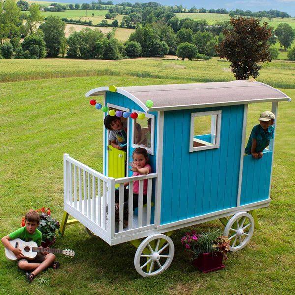 Buntes Kinderspielhaus auf vier Rädern aus Holz