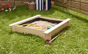 Sandkasten quadratisch auf Holz für den Garten